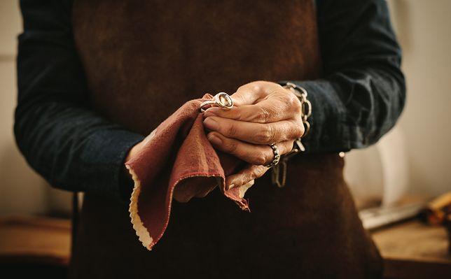 Czyszczenie poczerniałej biżuterii jest prostsze niż myślisz