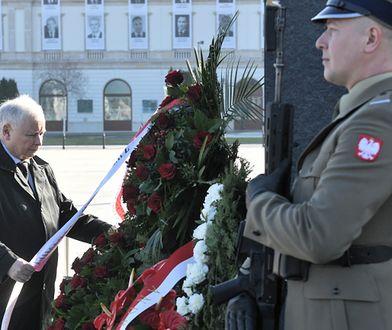 Prezes PiS Jarosław Kaczyński podczas uroczystości złożenia wieńców pod pomnikiem ofiar katastrofy smoleńskiej.
