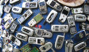 """Ponad pół miliarda telefonów komórkowych oczekuje w USA na recykling. Ich łączna waga przekracza 250 000 ton, co odpowiada masie 25 wież Eiffla.  Polecamy w  wydaniu internetowym chip.pl: """"iPhone'y znikną z USA na wniosek... Motoroli?"""" źródło: CHIP"""