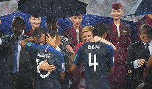 Parasole nad panami, a prezydent Chorwacji moknie. W smutnym świecie panów robiła wrażenie