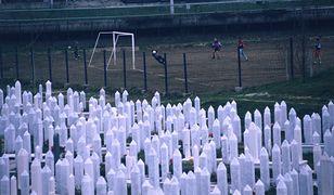 Sarajewo. Chłopcy grają w piłkę obok cmentarza, na którym pochowano ok. 5000 muzułmanów, Chorwatów i Serbów zabitych w czasie wojny / fot. Kevin Weaver