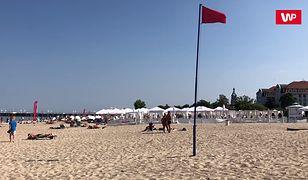 Czerwona flaga zawisła na sopockiej plaże w poniedziałek ok. godziny 13
