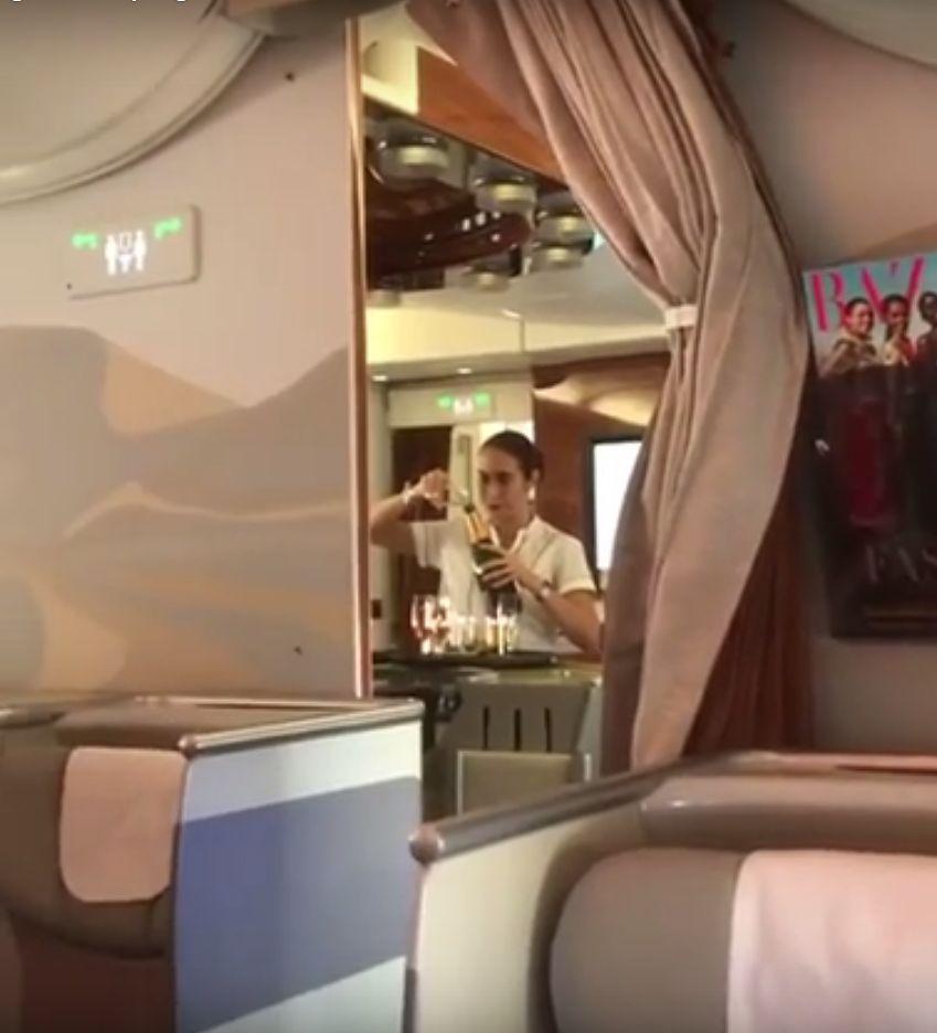 Tak się oszczędza szampana. Czyli stewardesy w przestworzach grzeszą na potęgę