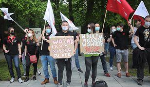 Operatorzy 112 protestują. Demonstracja przed KPRM