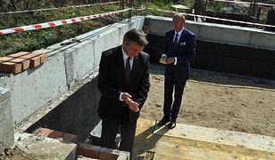 Marek Kuchciński podczas wmurowania kamienia węgielnego pod Centrum Rozwoju Badmintona