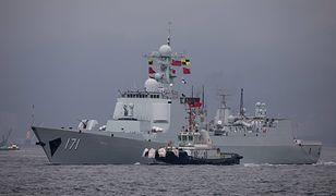 Chiński niszczyciel wchodzi do portu w Hong Kongu