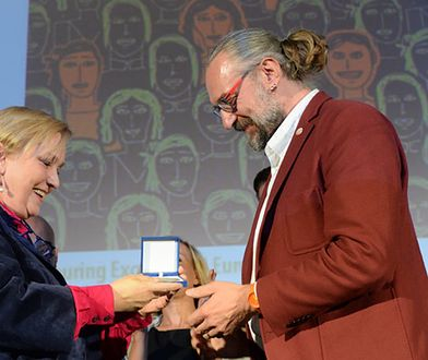 Lider KOD Mateusz Kijowski odbiera Nagrodę Obywatelską Parlamentu Europejskiego. Nagrodę wręcza europoseł Róża Thun