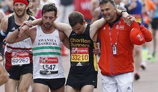 Niezwykły gest maratończyka. Zamiast biec do mety zatrzymał się, żeby pomóc innemu biegaczowi