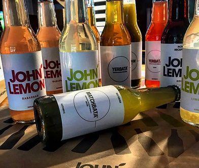 Jesienią zniknie nazwa John Lemon z popularnych napojów polskiego producenta.