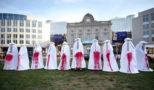 """Mocny protest przed Europarlamentem. Kobiety stanęły w """"zakrwawionych""""sukniach"""