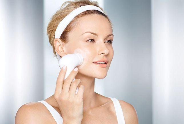 Szczoteczkę do twarzy stosuje się często razem z żelem lub kremem