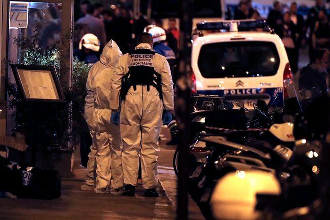 Policjanci na miejscu zamachu nożownika w Paryżu