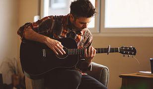 Gra na gitarze to hobby dla mężczyzn, które przyciąga płeć przeciwną