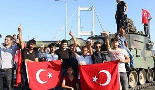 Zwolennicy rządu z flagami Turcji. W tle czołg puczystów