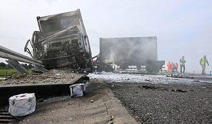 Wielkopolska. Wojskowa ciężarówka w ogniu na S8. Wiozła kontenery do szpitala polowego w Warszawie