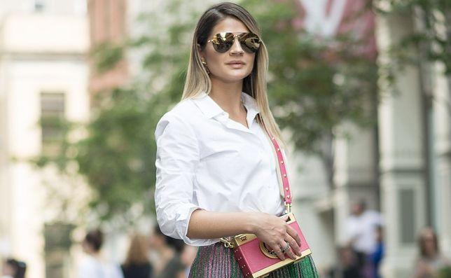STREET STYLE: Biała koszula, plisowana spódnica i złoto