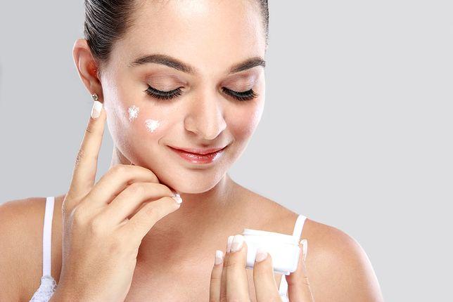 Nakładanie kremu przed snem to ważna czynność rutyny pielęgnacyjnej skóry twarzy