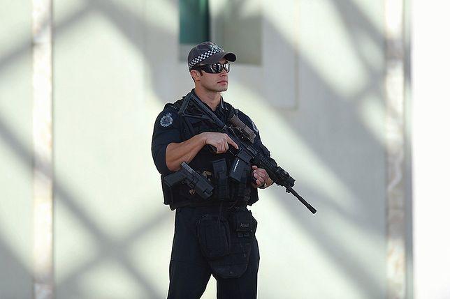 W 2014 r. sympatyk ISIS dokonał zamachu w Canberze (na zdj. policjant przed parlamentem)
