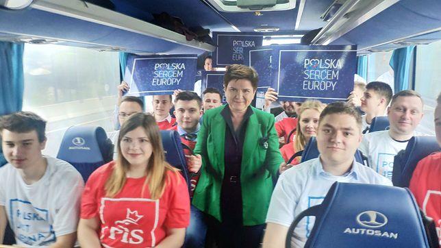 Beata Szydło w kampanijnym autobusie PiS