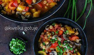 Potrawka z ciecierzycy z grzybami i papryką