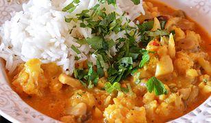 Curry z kalafiorem i cukinią. Obiad w azjatykim stylu
