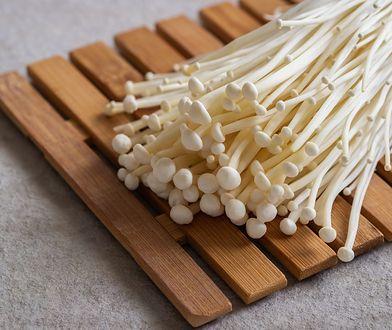 Enoki można wykorzystać w kuchni na wiele sposobów