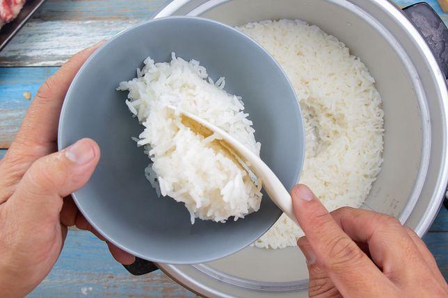 Aby ryż po ugotowaniu się nie kleił, należy go najpierw dobrze wypłukać
