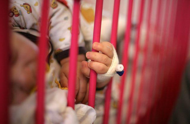 6-tygodniowe dziecko trafiło do szpitala w stanie skrajnego niedożywienia i ze złamaną nogą