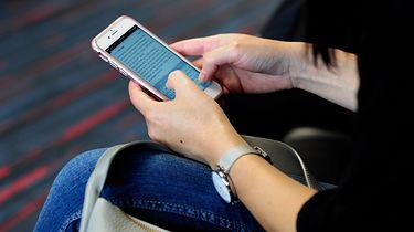 Szczepienia na koronawirusa. CERT ostrzega przed oszustwami - Osoba trzymająca smartfona. Zdjęcie ilustracyjne (Getty Images)