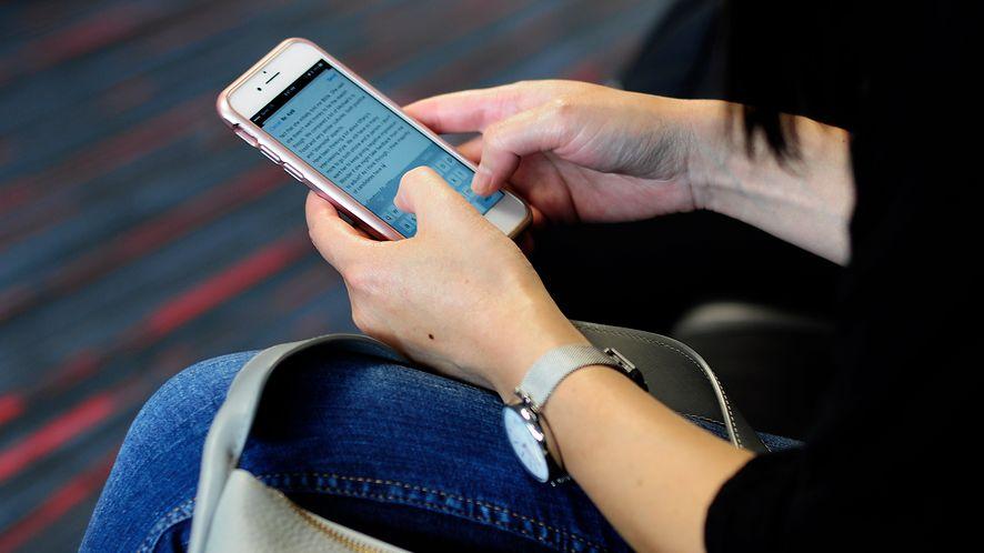 Osoba trzymająca smartfona. Zdjęcie ilustracyjne (Getty Images)