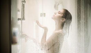 Gorący prysznic a skóra. Czy zbyt ciepła woda szkodzi cerze?