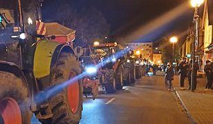 Strajk Kobiet. Sznur ciągników w Nowym Dworze Gdańskim. Rolnicy wsparli kobiety