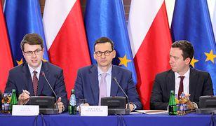 Piotr Müller (po lewej) i premier Mateusz Morawiecki podczas obrad oświatowego okrągłego stołu