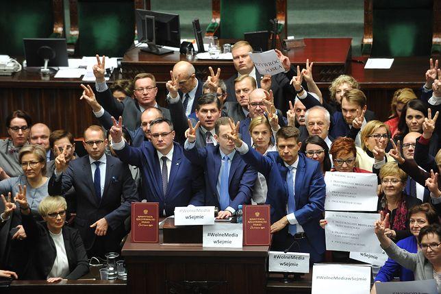 Blokada mównicy sejmowej przez posłów w grudniu 2016 r.