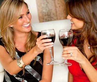 Kobiety żyjące w zamożnym środowisku są dwukrotnie bardziej podatne na problem alkoholowy