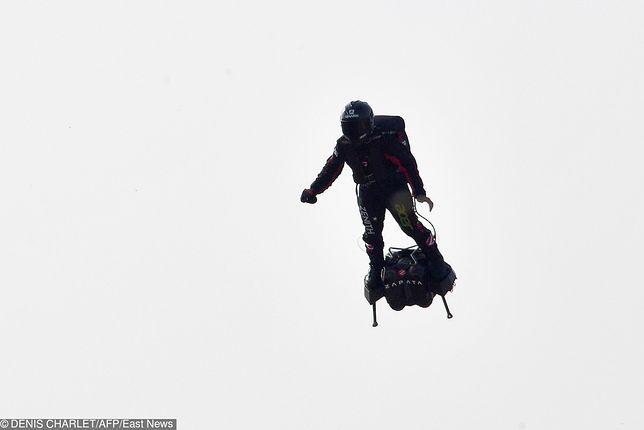 Franky Zapata podczas lotu flyboardem