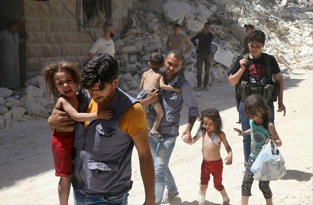 Ocaleni po jednym z bombardowań w Aleppo