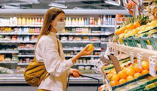 Koronawirus. Nowy Tomyśl. Grupa mieszkańców umawia się na zakupy bez maseczek