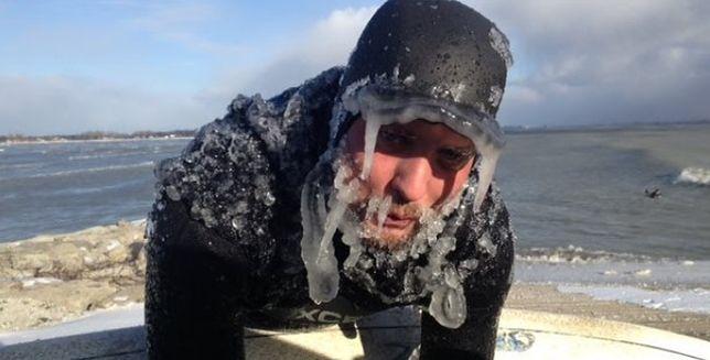 Surfing w lodowatej wodzie