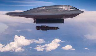 Niewykrywalny bombowiec B-2 podczas ćwiczeń z użyciem największych na świecie bomb do niszczenia bunkrów