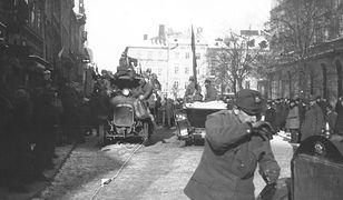 Żołnierze i mieszkańcy Lwowa na rynku w listopadzie 1918 roku