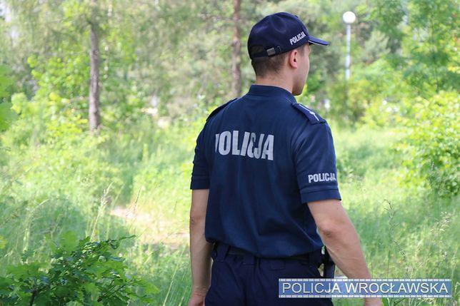 Wrocław. Groził policjantom łopatą, przechodniom szpadą. Agresywny mężczyzna zatrzymany na cmentarzu