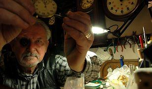 W weekend zmienimy czas na zimowy. Zegarmistrz Henryk Karpiak w swoim zakładzie przy ulicy Wschodniej w Łodzi