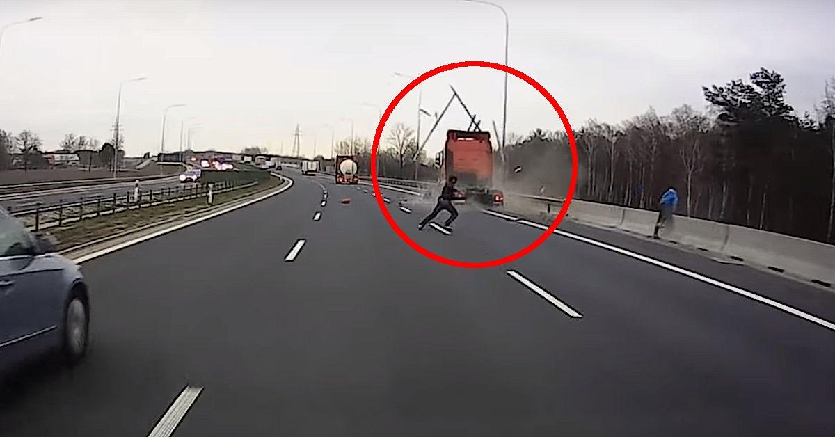 Ciągnik siodłowy uderza w stojącego busa. Dramatyczne nagranie