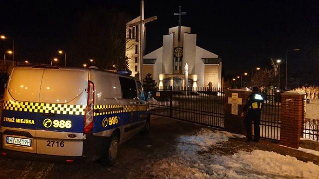 Warszawa. Mężczyzna zatrzasnął się w kościelnej toalecie na Gocławiu, fot. Straż Miejska