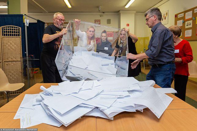 Wyniki wyborów 2019. Otwarcie urny wyborczej w komisji we Wrocławiu