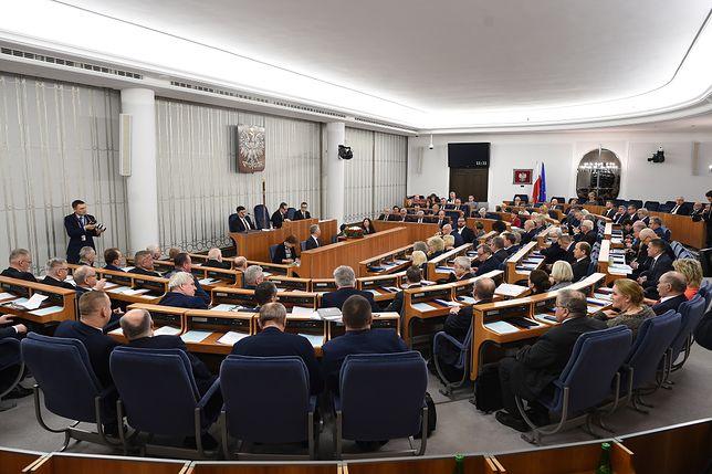"""""""Piękny jak wybraniec narodu"""". Zaskakujące wydatki w Senacie"""
