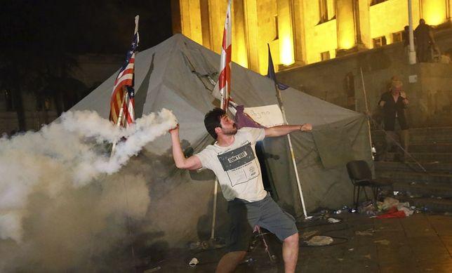Demonstrant podczas zamieszek przed gmachem parlamentu w Tbilisi