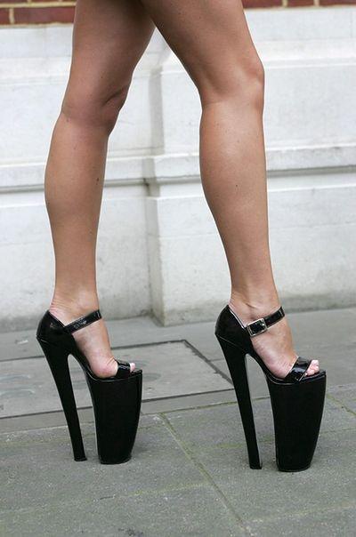 Niebotycznie wysokie szpilki - modne czy niebezpieczne?
