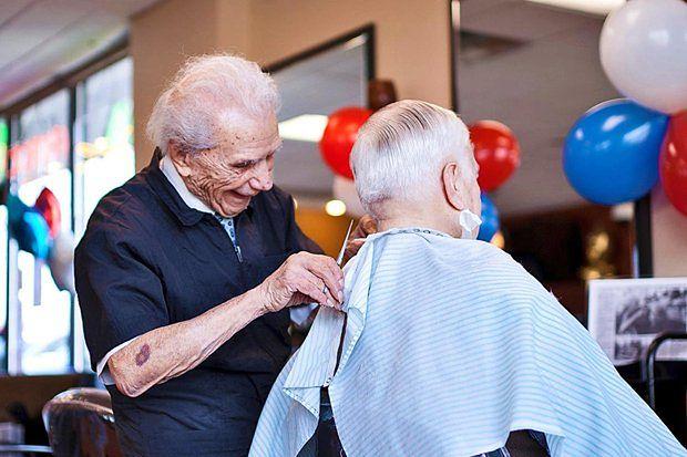 Ma 105 lat i wciąż pracuje!